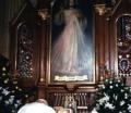 10-Juan Pablo II rezando frente a sus restos