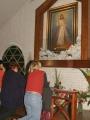 Rezando frente al cuadro de Jesús